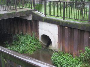 越流水が川に流れ込む管