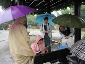 傘をさしながら検査中