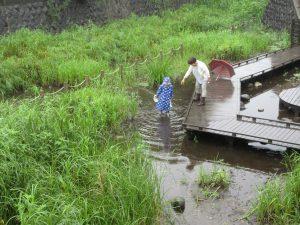 雨の中でも川に入っている子どもがいました!