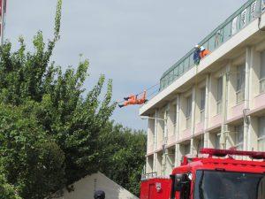 屋上に取り残された被災者を救助する訓練を見学