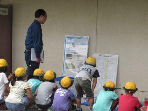 備蓄倉庫の前で説明を受ける2年生