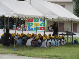 通報訓練を受ける4年生
